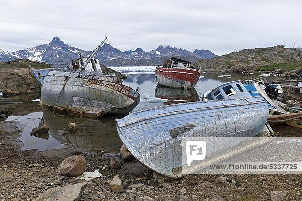 Alte Boote  Tasiilaq oder Ammassalik  Ostgrönland  Grönland