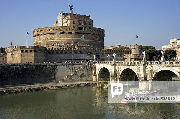 Engelsburg oder Castel Sant'Angelo und Engelsbrücke  Tiber mit Schiff  Rom  Latium  Italien  Europa