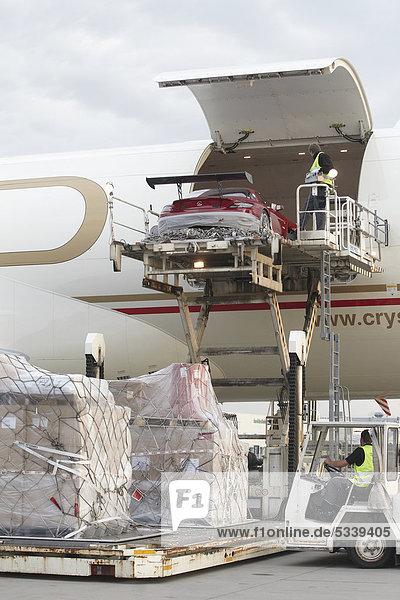 Verladung eines Mercedes SLS in eine Boeing 777 Frachtmaschine am Flughafen Frankfurt-Hahn  Lautzenhausen  Rheinland-Pfalz  Deutschland  Europa