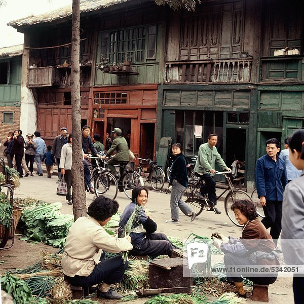 Grüne Ladenhäuser in Kunming,  Yunnan,  China (fotografiert im Jahr 1974)