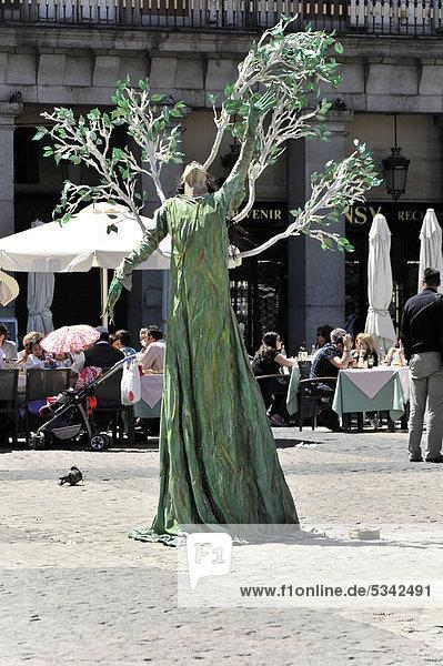 Baumdarsteller  Straßenkünstler  Plaza Mayor  Madrid  Spanien  Europa
