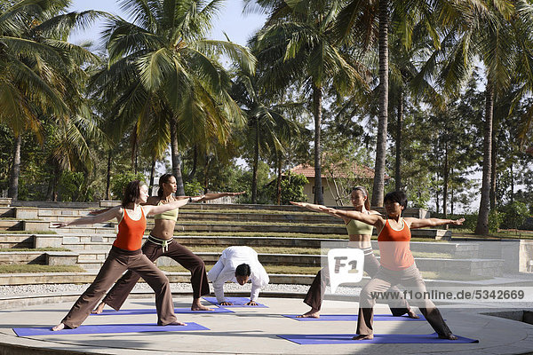 Gruppe-Yoga-Session in den Yoga-Pavillon auf der JAX-Retreatnear Bangalore  Indien