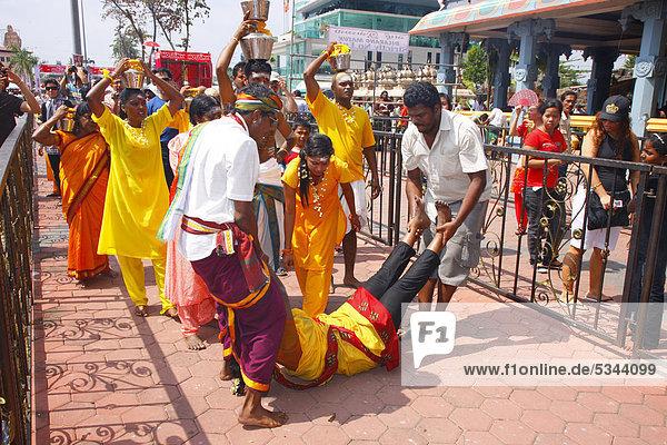 Pilgerin rollt auf dem Boden zum Tempel Batu Caves,  Kalksteinhöhlen,  hinduistisches Thaipusam Fest,  Kuala Lumpur,  Malaysia,  Südostasien,  Asien