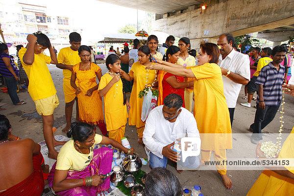 Pilger bereiten sich auf den Weg vor  hinduistisches Thaipusam Fest  Tempel Batu Caves  Kalksteinhöhlen  Kuala Lumpur  Malaysia  Südostasien  Asien
