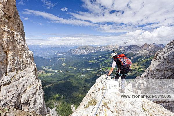 Bergsteiger bei der Latemarüberschreitung  Klettersteig  Dolomiten  hinten die Rosengartengruppe  Südtirol  Italien  Europa Bergsteiger bei der Latemarüberschreitung, Klettersteig, Dolomiten, hinten die Rosengartengruppe, Südtirol, Italien, Europa
