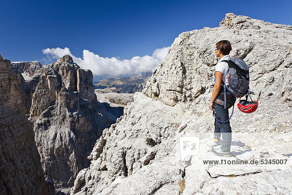 Bergsteiger beim Klettersteig auf den Boeseekofel  Dolomiten  hinten der Pisciadu  Südtirol  Italien  Europa