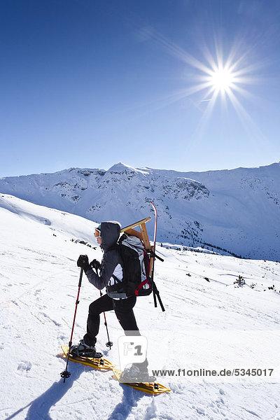 Schneeschuhgeher beim Aufstieg zur Pfattenspitz oberhalb von Durnholz  Sarntal  Südtirol  Italien  Europa Schneeschuhgeher beim Aufstieg zur Pfattenspitz oberhalb von Durnholz, Sarntal, Südtirol, Italien, Europa