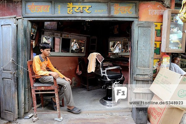 A barber´s shop in the old city of Bikaner  Rajasthan  India.