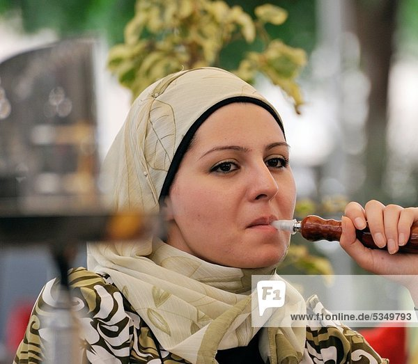 rauchen  rauchend  raucht  qualm  qualmend  qualmt  Frau  Aleppo  Syrien