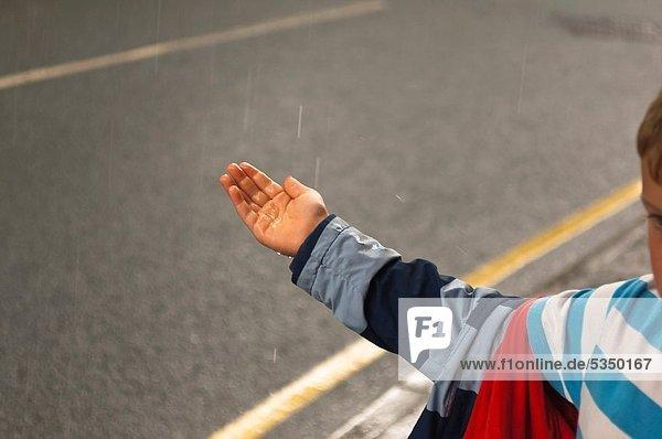 Emotion  Junge - Person  klein  Regen  Schutz Emotion ,Junge - Person ,klein ,Regen ,Schutz