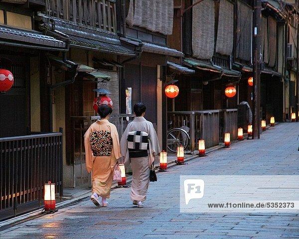 hoch oben beleuchtet zeigen Frau Papier gehen Straße Laterne - Beleuchtungskörper 2 Kimono