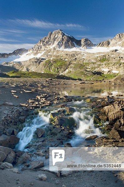 hoch  oben  klein  See  Ländliches Motiv  ländliche Motive  entleeren  Rocky Mountains  britisch  Kanada  Kalkstein
