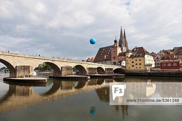Einkaufszentrum  Mittelalter  über  Großstadt  Fluss  Kathedrale  Heiligtum  Ansicht  groß  großes  großer  große  großen  Donau  UNESCO-Welterbe  Bayern  Brückentor  Deutschland  Regensburg  Oberpfalz