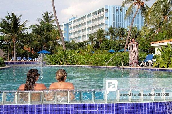 Glasbaustein  Niederländische Antillen  Frau  Hotel  Urlaub  gastfreundlich  Schwimmbad  Hotelhalle  Schwimmer  Karibisches Meer  niederländisch  Gast