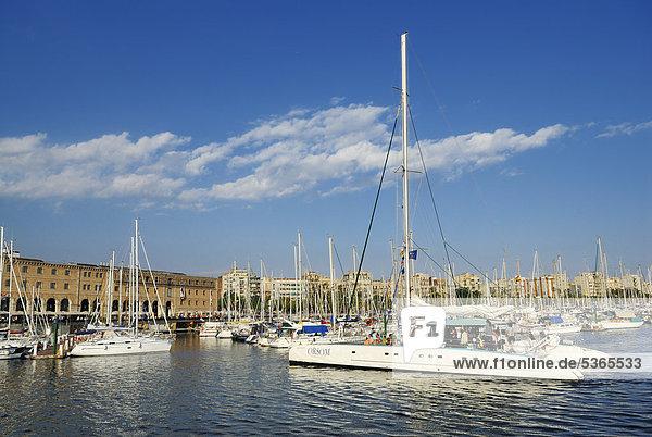 Segelyachten im Yachthafen  Museu d'Historia de Catalunya  Museum für katalanische Geschichte  Darsena del Comerc  Port Vell  Barcelona  Katalonien  Spanien  Europa  ÖffentlicherGrund