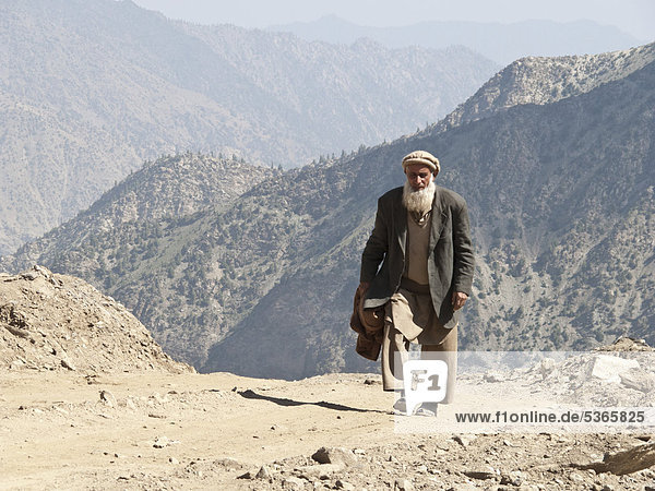 Einheimischer Mann zu Fuß auf dem Weg zum Babusar Pass  Chillas  Nordwestliche Grenzprovinz  Pakistan  Südasien  Asien