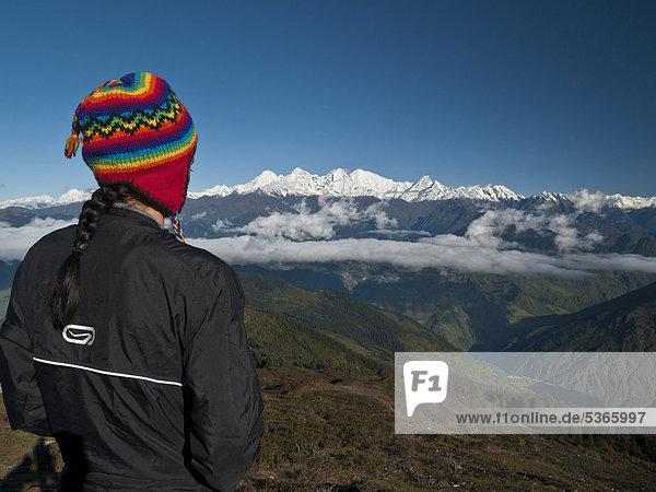 Wander-Tourist sieht in Richtung Ganesh Himal von Laurebinayak  Himalaya  Nepal  Asien