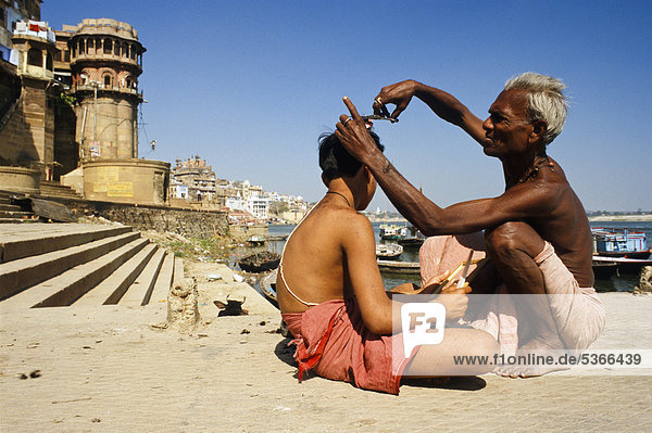 Cutting hair as part of a religious ritual  Varanasi  Uttar Pradesh  India  Asia