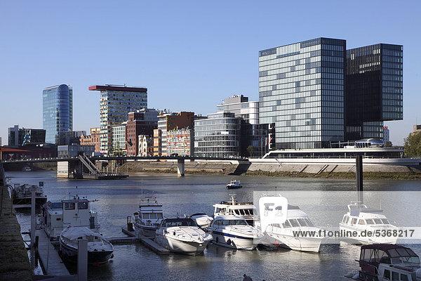 Bootsliegeplätze im Medienhafen  Düsseldorf  Rheinland  Nordrhein-Westfalen  Deutschland  Europa  ÖffentlicherGrund