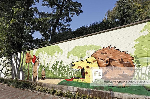 Löwenkopf aus Käse  originelles Graffito an der Mauer des Kölner Zoos  Köln  Nordrhein-Westfalen  Deutschland  Europa