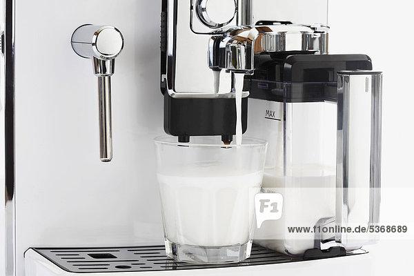 Kaffeemaschine mit heißer Milch