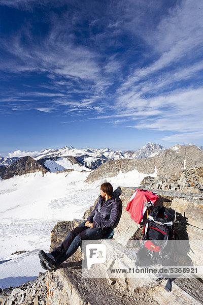 Mountaineer having a rest  Hohen Angulus Mountain  Ortler region  looking towards the Koenig  Zebru and Vertainspitz mountains  Alto Adige  Italy  Europe