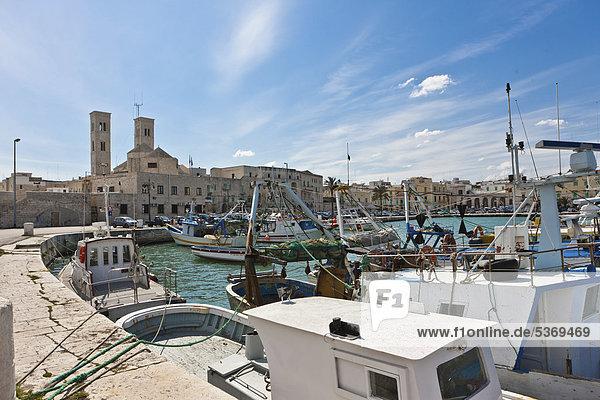 Der Hafen von Molfetta und die Cattedrale di Santa Maria Assunta  Molfetta  Apulia  Apulien  Süditalien  Italien  Europa