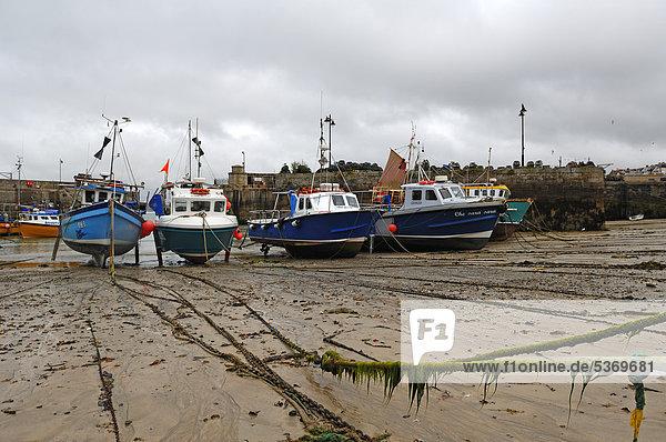 Fischerboote bei Ebbe im Hafen von Newquay  Cornwall  England  Großbritannien  Europa