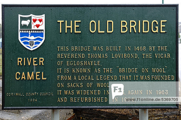 Große Informationstafel vor der historischen Bridge on Wool  Wadebridge  Cornwall  England  Großbritannien  Europa