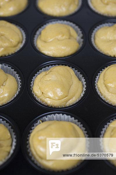 Brioche  Minibrioche in einer Muffinform vor dem Backen