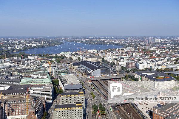 Blick vom Highflyer auf Außenalster und Hauptbahnhof  Hamburg  Deutschland  Europa