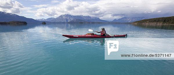 Frau Amerika Meer paddeln Kajak jung Kajakfahrer British Columbia Kanada