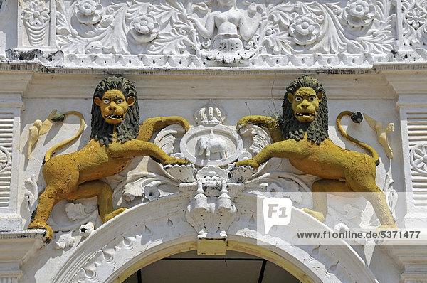 Löwen als Dvarapala  Wächterfigur  Eingang  Tempel Wewurukannala Vihara  Dikwella  Sri Lanka  Asien  ÖffentlicherGrund