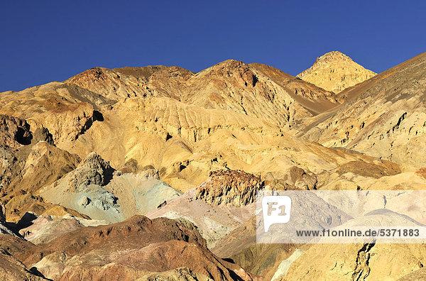 Durch Mineralien verfärbtes  erodiertes Gestein der Artist's Palette im Abendlicht  Artist's Drive  Death Valley National Park  Mojave-Wüste  Kalifornien  Vereinigte Staaten von Amerika  USA