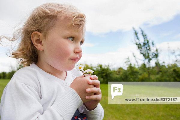 Girl holding Daisies  Wegsehen