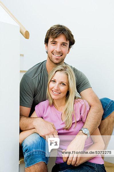 Junges Paar Lächeln auf Treppe