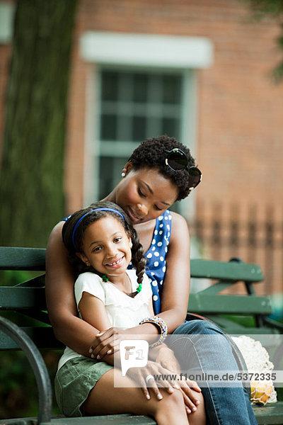 Mutter und Tochter entspannen sich im Park