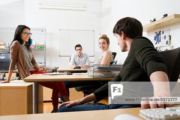 Junge Männer und Frauen im Büro