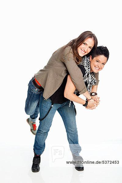 Lesbisches Paar vor weißem Hintergrund