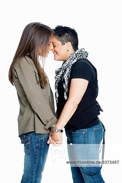 Lesbenpaar vor weißem Hintergrund