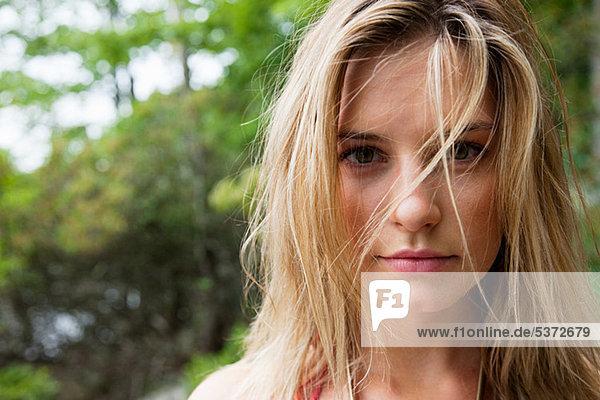 Porträt von junge blonde Frau