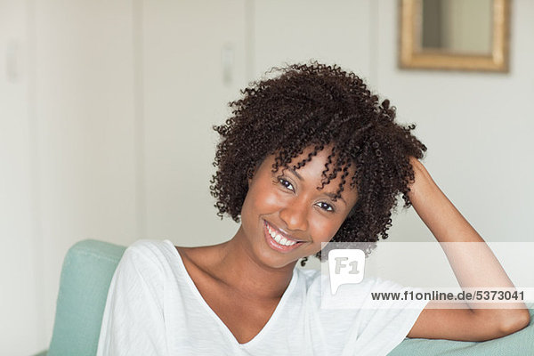 Entspannte Porträt einer jungen Frau