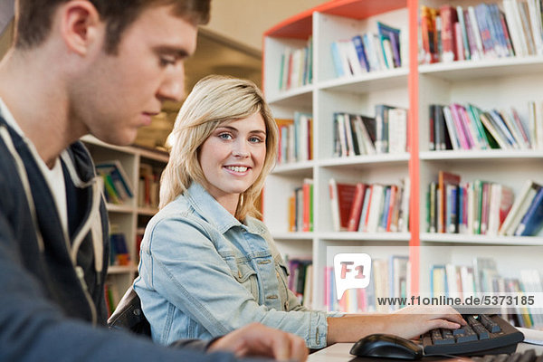 Studenten in College-Bibliothek  Porträt