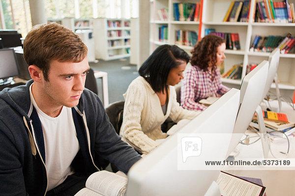 Studenten  die im Computerraum arbeiten