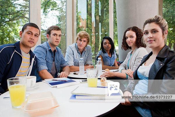 Studenten in Hochschule Cafe  Porträt