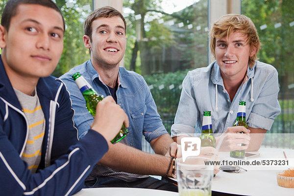 Genießen Sie ein Bier im Café College Studenten