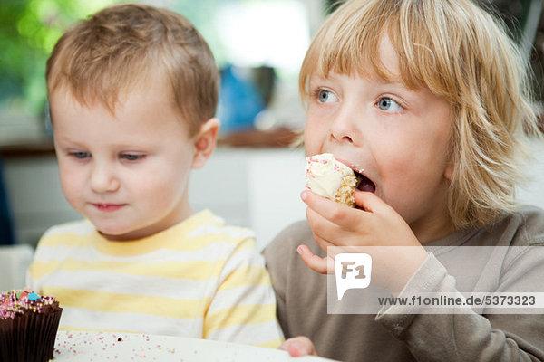 Junge - Person essen essend isst cupcake
