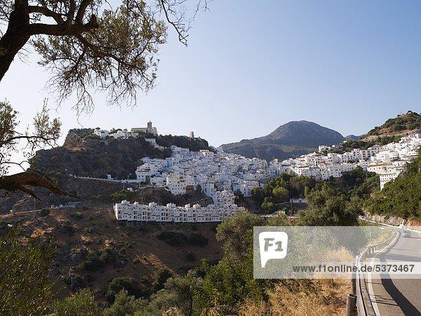 Spanien  Andalusien  Casares  Blick auf weiße Häuser des Bergdorfes mit Straße