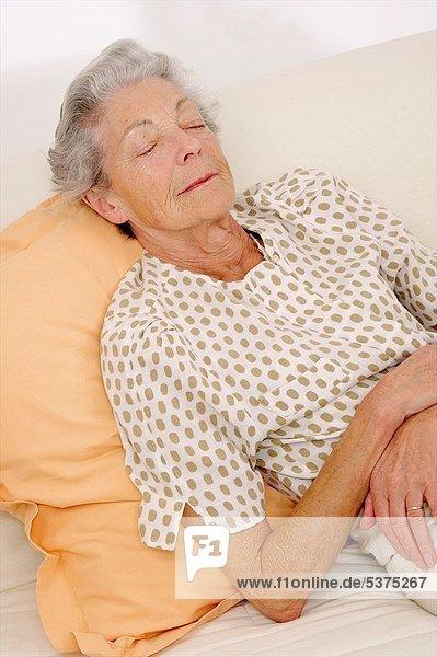Senior Senioren Frau schlafen dösen