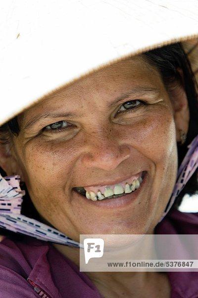 kegelförmig  Kegel  Tropisch  Tropen  subtropisch  Frau  Strand  Frucht  Hut  lang  langes  langer  lange  Insel  Straßenverkäufer  Vietnam
